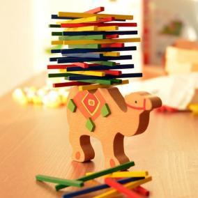 Egyensúlyozó teve - Fejlesztő fa játék